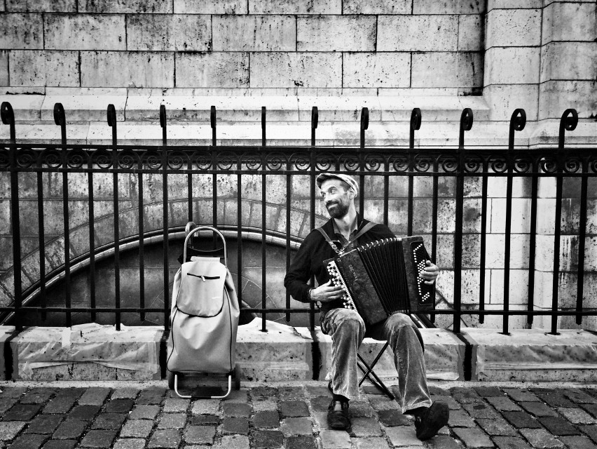 #music #musician #streetartist #streetphotography #street #montmartre #sacrecoeur #happy #iphoneonly #black&white #blackandwhite #portarait #accordion #paris